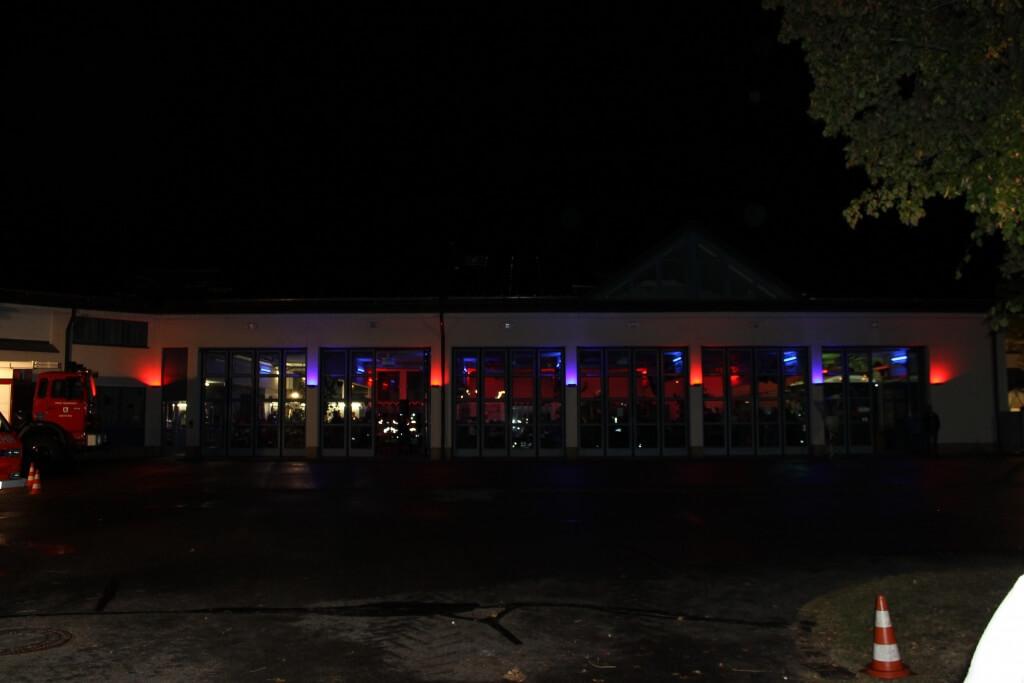 Beleuchtetes Feuerwehrhaus